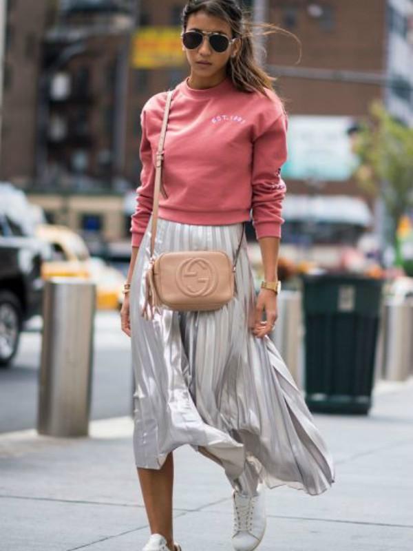 Kako nositi srebrnu suknju ove jeseni