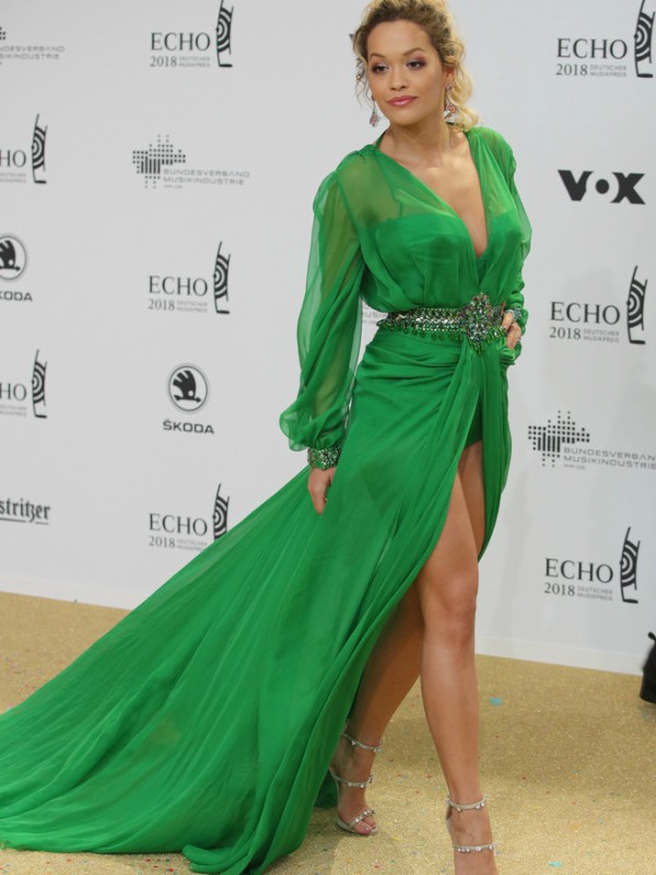 Look dana: Rita Ora u Versace haljini