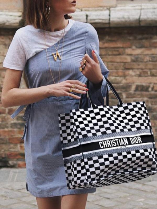 Omiljena torba trendseterki – Dior vezena torba
