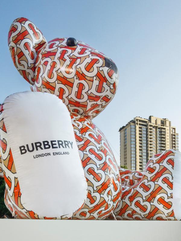 Logomanija: Burberry je ispunio svet monogramima
