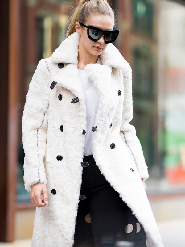 Glavni trend sezone - beli kaput od ovčjeg krzna