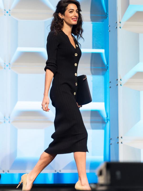 6 crnih pletenih haljina u stilu Amal Kluni
