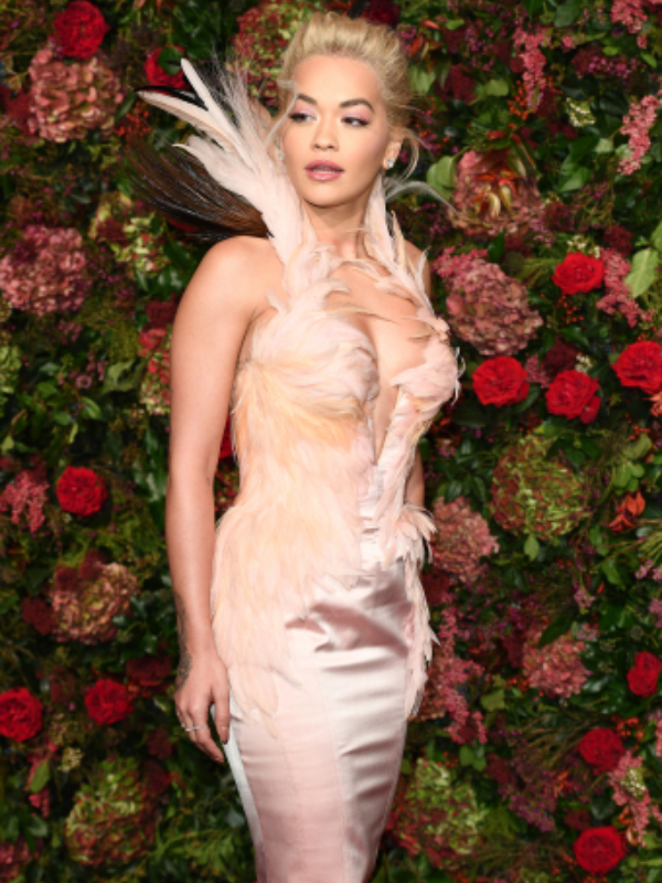 Čudesna diva: Rita Ora na ceremoniji Evening Standard Theatre Awards