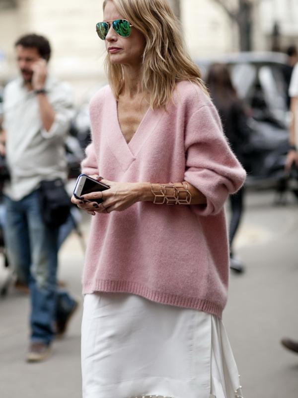 U trendu su džemperi sa V izrezom