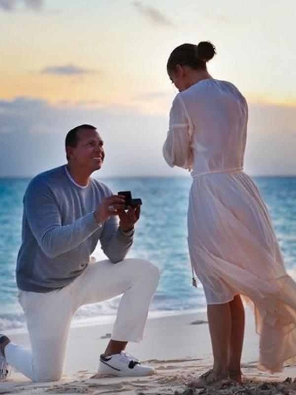 Fotografija dana: Aleks Rodrigez na kolenima zaprosio Dženifer Lopez