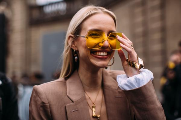 Street style: moderne žene biraju naočare u boji