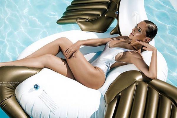 Trend sezone: kako nositi beli kupaći kostim