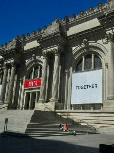 joko-ono-dizajnirala-je-fasadu-metropolitanskog-muzeja (2).jpg